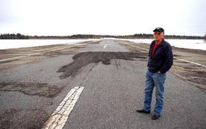 Landningsbanan är 800 meter och under årens lopp har flygklubben fått fylla igen många sprickor i asfalten.
