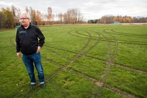 Mats Bark är besviken på dem som kört med bil på fotbollsplanen. Spåren är djupa eftersom gräsmattan är mjuk, men rötterna har lyckligtvis inte rivits upp vilket kan tyda på att bilen eller bilarna kört långsamt.