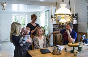 Familjen Aura: Iris, Knut, mamma Emma, Nora och pappa Hannu.