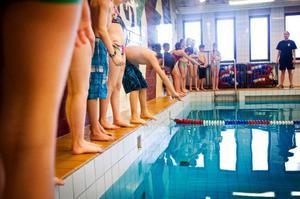 David Smedby och Hedda Gulliksson är först ut när simtävlingen Bästa Fyran sätter igång.    Foto: Per Nilsson