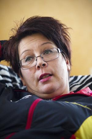 MÅSTE VILA. För ett år sedan fick Britt-Marie Hillberg i Hofors sin livmoder bortopererad. Men det som skulle vara ett enkelt rutiningrepp förstörde hennes liv. Hennes inre organ växte ihop och i dag kan Britt-Marie på grund av smärtor bara vara uppe fyra timmar om dagen. Nu har hon anmält kvinnokliniken i Gävle till Socialstyrelsen.