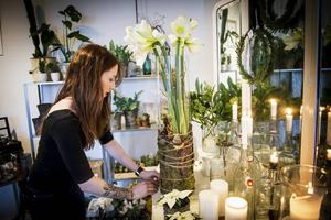 Amanda skapar adventsstämning med blommor och ljus.