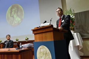 Thomas Perlmann, ordförande i Nobelkommittén för fysiologi eller medicin, presenterade pristagarna vid en presskonferens i Stockholm på måndagen.