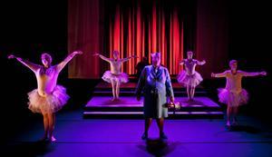 Gunilla Ericsson som Flygvärdinnan från Helvetet, omringad av ballerinorna Therese Kvist, Nina Jemth, Niclas Lendemar och Dennis Nilsson.