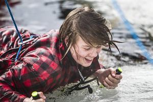 Innan eleverna kom upp ur vattnet skulle de säga sitt namn och sedan ta sig upp med hjälp av ispiggarna.