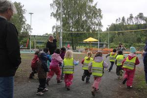 Invigningen är avklarad och Lillängets förskolebarn får äntligen testa den nya allaktivitetsparken.