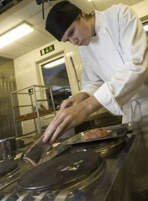 PÅ PLATTAN? Daniel Coyet vänder laxen som ska sotas, det vill säga få en sotig yta genom en supersnabb stekning direkt på plattan. Men vill man spara tid och slippa rengöra plattan kan man grilla eller steka laxen i stekpanna.