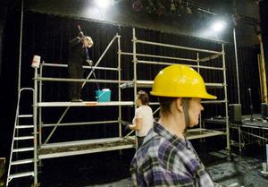 Susanne Holmgren är scenarbetare och jobbar bland annat med att hålla rätt på rekvisitan under föreställningen.