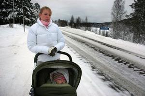 gladare i dag. Arbetarbladet träffade Charlotta Kratz och dottern Julie, då ett år gammal, i december förra året. Då var hon besviken över att länsstyrelsen höjde den högsta tillåtna hastigheten trots att de boende i Västerbo länge kämpat för en sänkning.