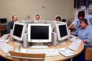 Foto:GUN WIGHNybörjare. Bo Stattin, Antonio Lodi, Erika Armijo och Britta Nilsson passade på att lära sig lite om datorer av Helena Hillbom.