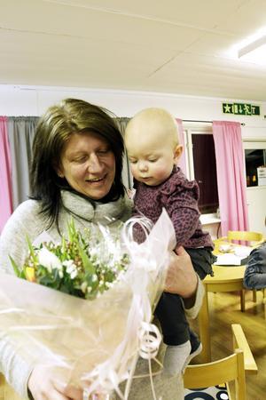 Marianne Åsbergs barn och barnbarn var med och överraskade sin mamma och mormor med tulpaner. Barnbarnet Alicia Hedman tyckte också om blommorna.