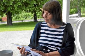 Ursula Kalinowska-Löfling läser ett stycke skrivet av Annika Borg.