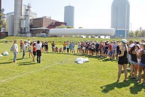 Studenterna samlades för lekar på Strandvallen. En del medförde äggstänk på mössorna.