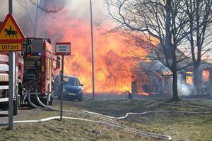...liksom branden i ett stal och ladugård i Östanbäck utanför Valbo. Skadorna är för omfattande.