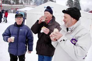 """Bröderna Vidar och Folke Liljemark från Storsjö var självklart på plats i Åsarna under helgens SM-tävlingar. """"Det är trevligt att träffa gamla bekanta i vimlet"""", säger de. Här har Staffan Persson, från kommunens närings- och utvecklingsenhet, anslutit till duon."""