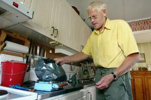 Nils Axel Holmgren och hans fru har vägt alla sopor på hushållsvågen sedan det kommunala bolaget börjat ta betalt per kilo. Han säger sig därför veta att han blivit lurad.