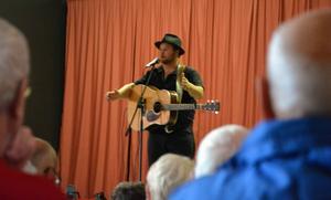 Tobias Larsson sjöng visor och roade med kåserier.