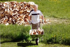 Leif Johansson lyckades sänka sina bostadskostnader innan arbetslösheten drog ner inkomsterna. Nu bor han i en billig stuga i Hedesunda och eldar med ved. Något han egentligen inte borde pyssla med eftersom han är arbetsskadad i ryggen.