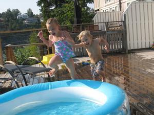 Inspirerade av VM i Korea tävlade syskonen Elin och Svante mot varandra i kombinerad längd- och simhopp i den egna bassängen hemma i trädgården.