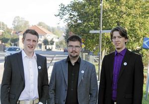 Sverigedemokraterna Fredrik Bernblom, Marcus Molinder och Jonathan Lundin på torget i centrum som tillhör det valdistrikt där partiet var starkas i kommunvalet 2014. Nu lämnar Molinder SD-trion.