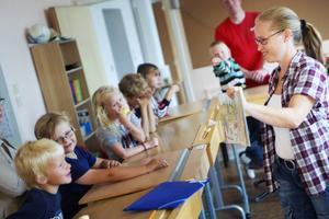 Första dagen mjukstartar med bland annat högläsning om Sunes första skoldag. Läraren Anna Bergander läser högt samtidigt som hon går runt och visar bilderna ur boken.