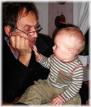 Loke känner på farfars skägg och får en ny erfarenhet....vad är det som sticks ????