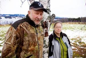 Sven Gunnar Sivertsson och Anna-Karin Einebrant Johansson hoppas att jaktarrendet i Viggesågen ska öppna för jaktintresserade ungdomar. Foto: Sandra Högman