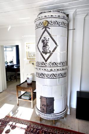 Även övervåningen har en kakelugn från 1700-talet. Den går dock inte att elda i.