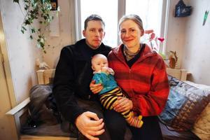 Katrin och Jerker Bylander har bott på Norderön i sex år. Dottern Julia är 5 månader.– Jag var skeptisk till färjan och huset från början men det var rätt beslut att flytta hit, säger Katrin.– Jag tycker isvägen är mer stress än färjan för man tar sig till jobbet så snabbt. Tiden i färjan är en av de mest rofyllda stunderna under dygnet, säger Jerker.