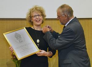 Viola Adamsson tar emot Gastronomiska Akademiens silvermedalj.