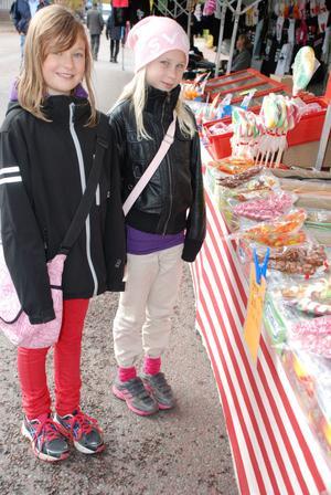 Emma och Jonna från Rättvik är vana marknadsbesökare.