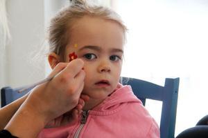 Treåriga Ellinoré Santonia från Alfta prövade ansiktsmålningen hos en av de deltagande butikerna. Hon valde att bli målad som prinsessa.