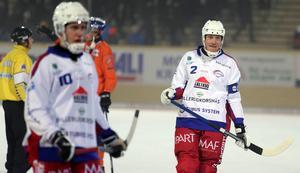 Olov Englund tvingades lämna isen med smärtor strax före halvtidsvilan.