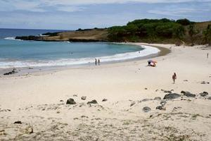 Den enda sandstranden Anakena på nordsidan av Påskön. Bild: Lars Alenius.