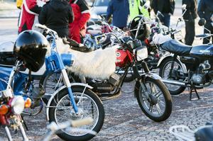 Veteranmopederna från 50, 60- och 70-talen flockades vid Pylonen inför starten. Efter turen väntade lottdragning, fika och filmvisning.