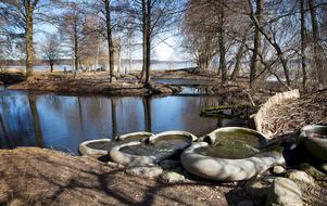 För luftning. Vattentrapporna i Trädgårdsparken luftar avloppsvattnet. Reningen i parkens dammar är inte tillräcklig och för mycket fosfor läcker ut i Järnafjärden.