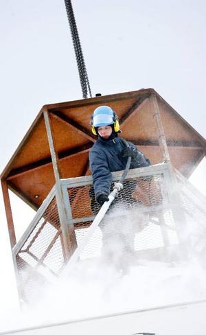 De som arbetar på kylslagna byggplatser i Östersund har            upplevt kallaste januarimånaden på 23 år. Ulf Engenström blåser med tryckluft för att få bort          snön innan jobbet kan fortsätta.