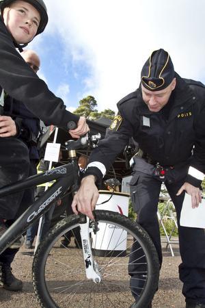 Axel Berggren besiktade sin cykel och fick sedan hjälp att fixa en frambromsvajer som hoppat av.
