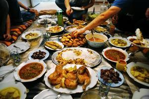 I dag dukas de muslimska middagsborden upp rejält för att fira brytandet av fastan.