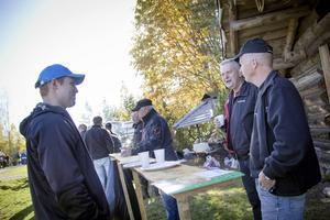 Besökarna Pontus och Bengt Wälås, och Lennart Paulsen njöt av kolbullarna.
