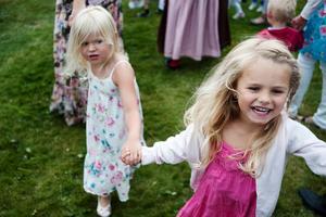 Sommarglädje vid midsommardansen. Många barn och vuxna kom till Gällersta för dans och picknick.