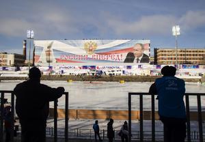 Rysslands president Vladimir Putin blickar ner på Trud-stadion i semifinalen mellan Kazakstan och Ryssland vid bandy-VM i ryska Uljanovsk.