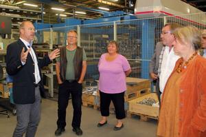 Joakim Falk, vd för Gerdins Nordkomponent, visas ledamöterna i kommunstyrelsens arbetsutskott vad man jobbar med i företaget.
