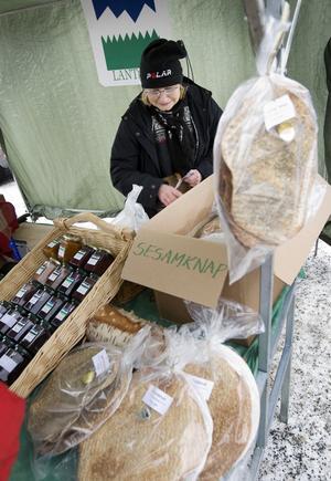 Gunvor Bring hjälper till i Lanttantens marknadsstånd. Många av marknadsbesökarna köper just sådant som går att stoppa i magen och Gunvor Bring berättar att hon säljer mest av fisken från Börtnan.