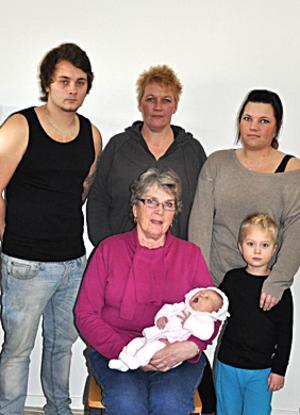 Sex personer representerar fyra generationer.