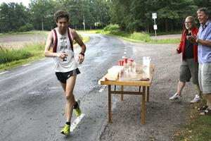 Höll hela loppet. Daniel Brånn, tävlande för Kumla SF, var i ledningen efter knappt tre mil. Den ledningen höll han ända in i mål.
