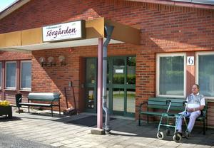 Delikat fråga. Luktproblemen finns i såväl förskolans som äldreomsorgens lokaler i Sörgården. Från kommunens fastighetsförvaltning påpekar man att frågan måste ses i ett helhetsperspektiv.