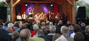 Majoriteten av publiken tog skydd från regnet under tak på söndagskvällen.