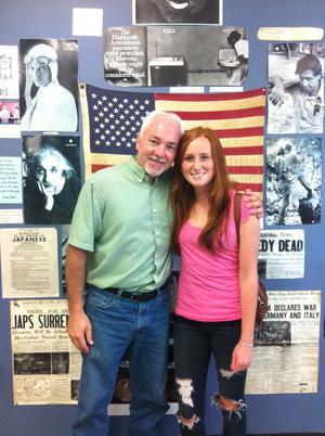 Elin med sin favoritlärare Mr Whitman som frågade mycket om Sverige.