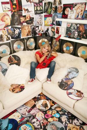 Genom åren har hennes album sålt guld och silver i både USA och Storbritannien och många låtar har klättrat högt på topplistorna.    © 2013 Fox 2000 / Dean Stockings